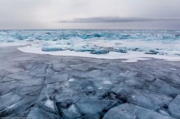 Вмерзшие вглубь льдины рядом с торосами. Байкал зимой