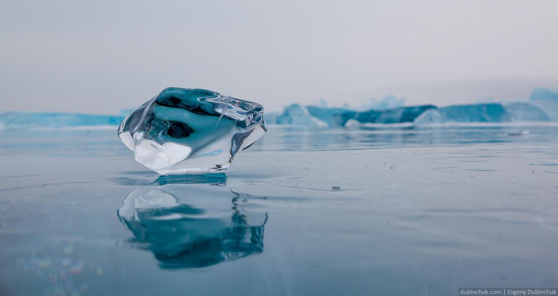 Осколок льда, вмерзший в ледяное покрывало Байкала на фоне торосов