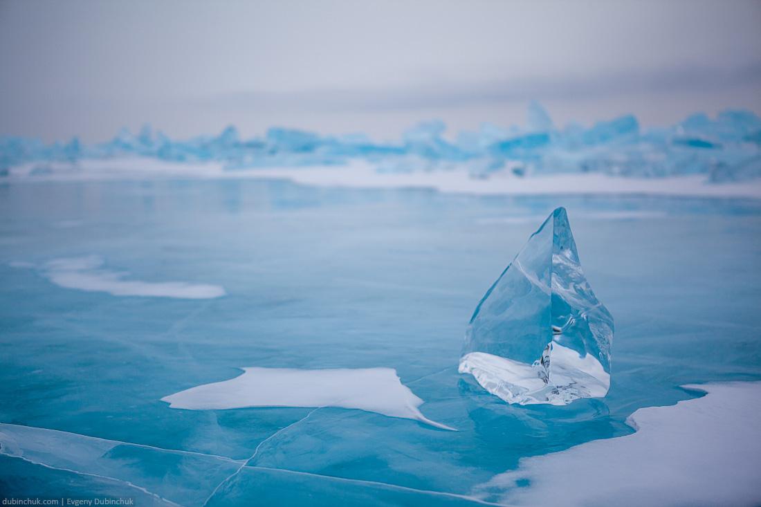 Синяя ледяная глыба на фоне торосов в пасмурную погоду