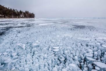 Метановые пузыри во льду на мысе Ухан на Байкале