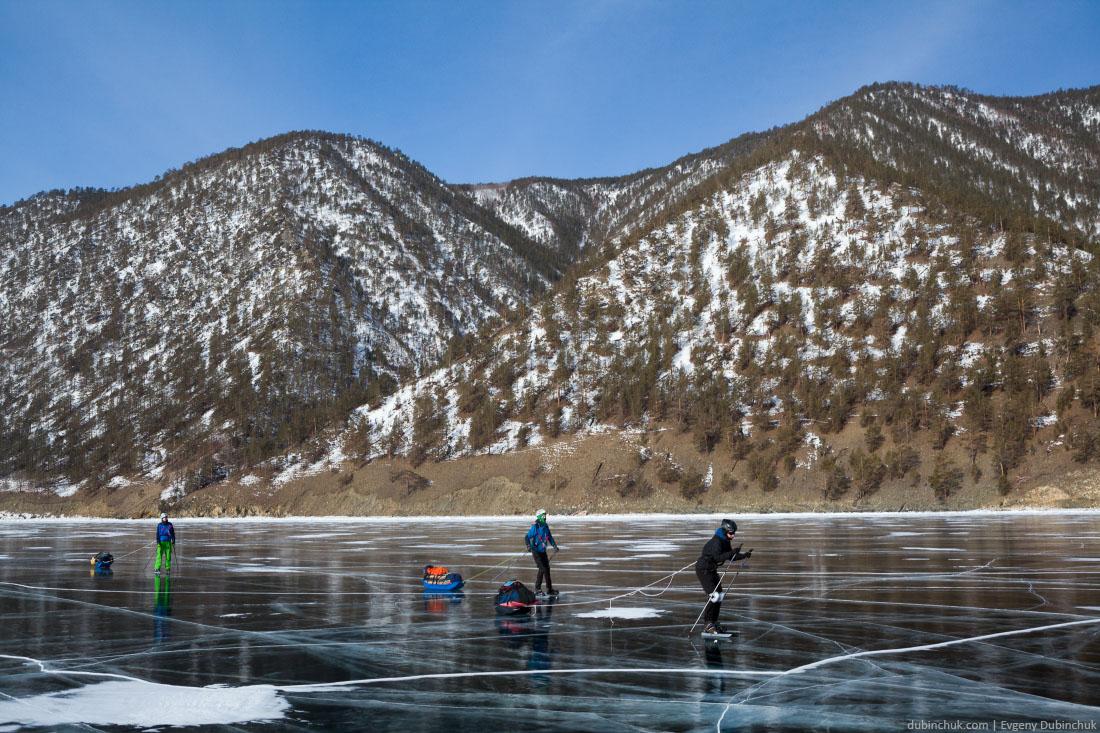 Туристы на коньках. Поход по льду Байкала