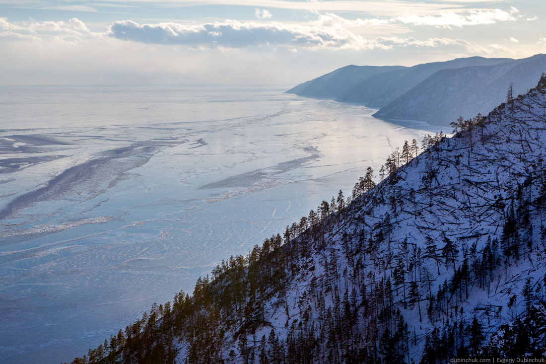 Склоны горы Жима на Ольхоне. Байкал зимой