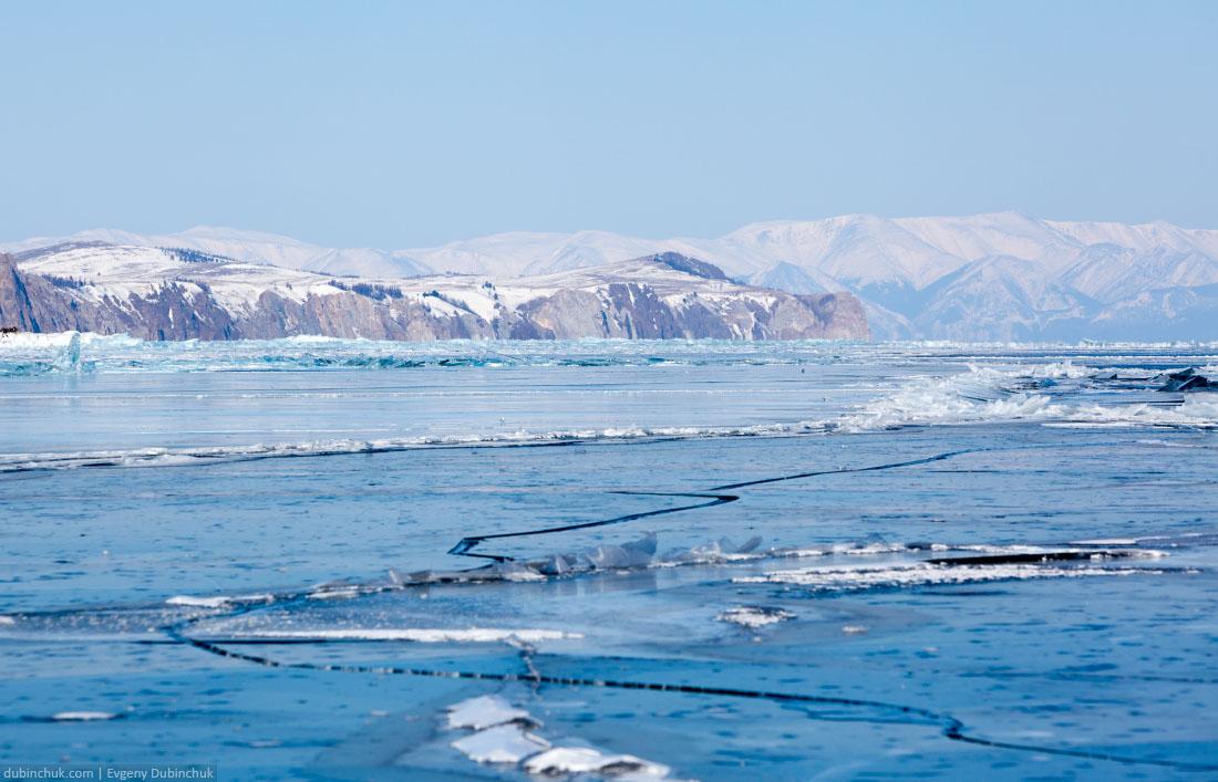 Лед рядом с мысом Ижимей. Байкал. Вид в сторону мыса Хобой и Байкальского хребта