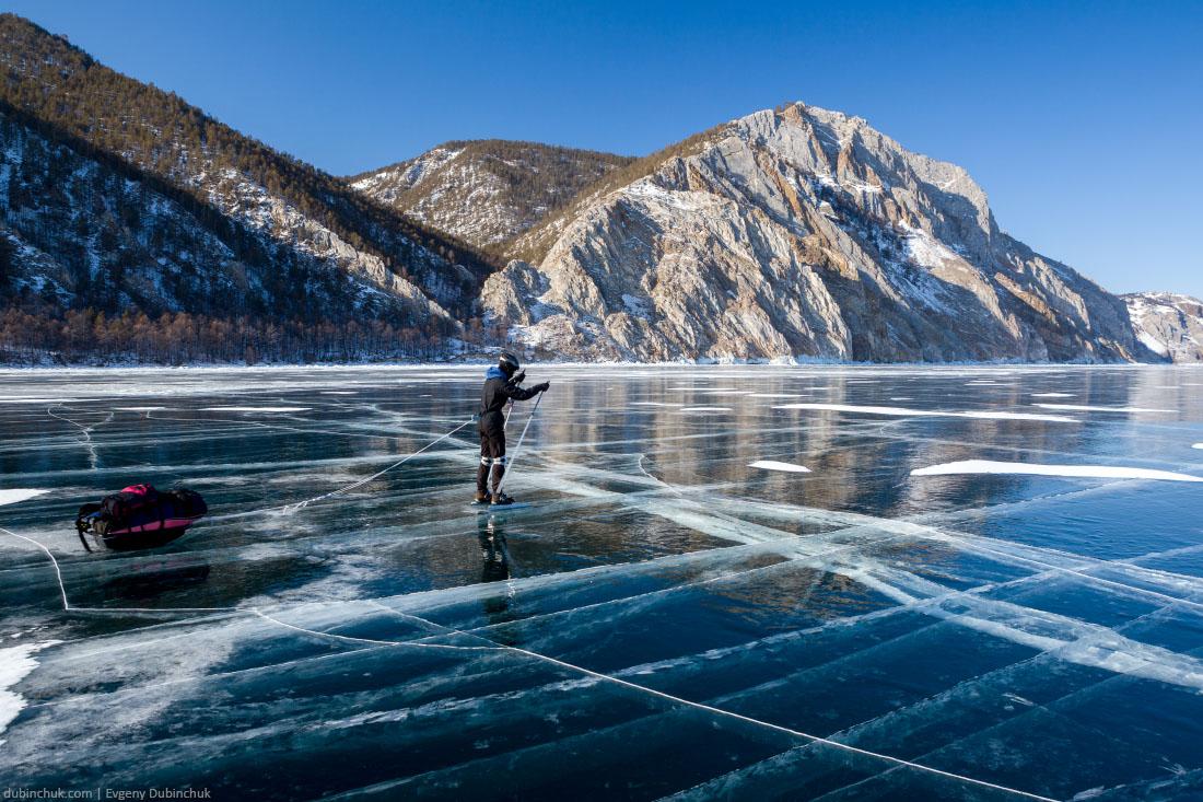 Поход по Байкалу на коньках. Гладкий зеркальный лед
