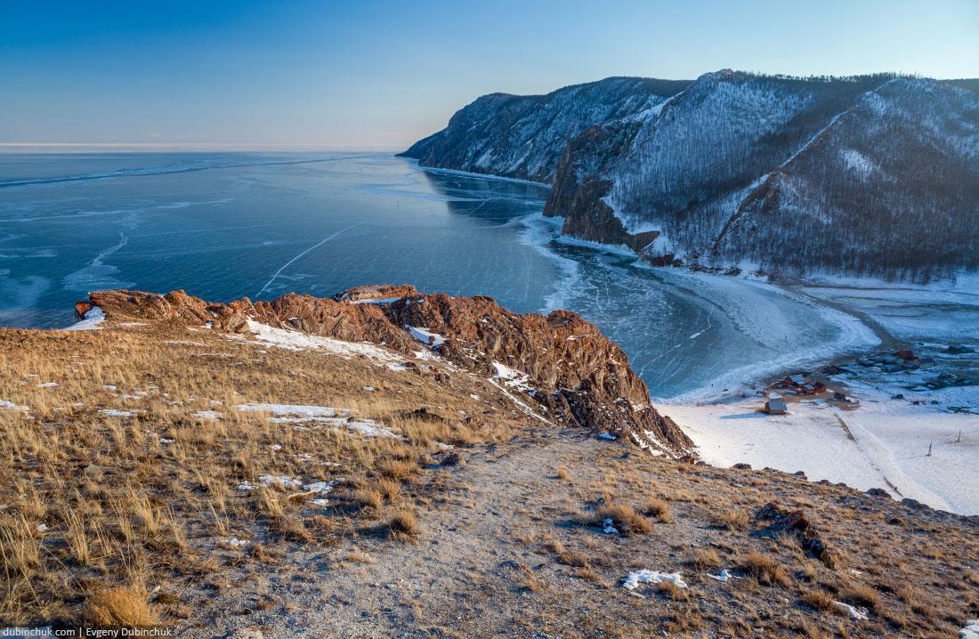 Замерзший Байкал зимой с высоты. Деревня Узуры