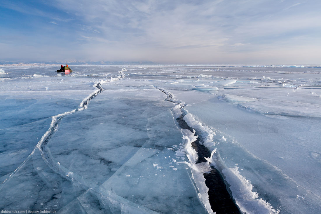 Палатка на льду Байкала у мыса Хобой. Рядом трещины