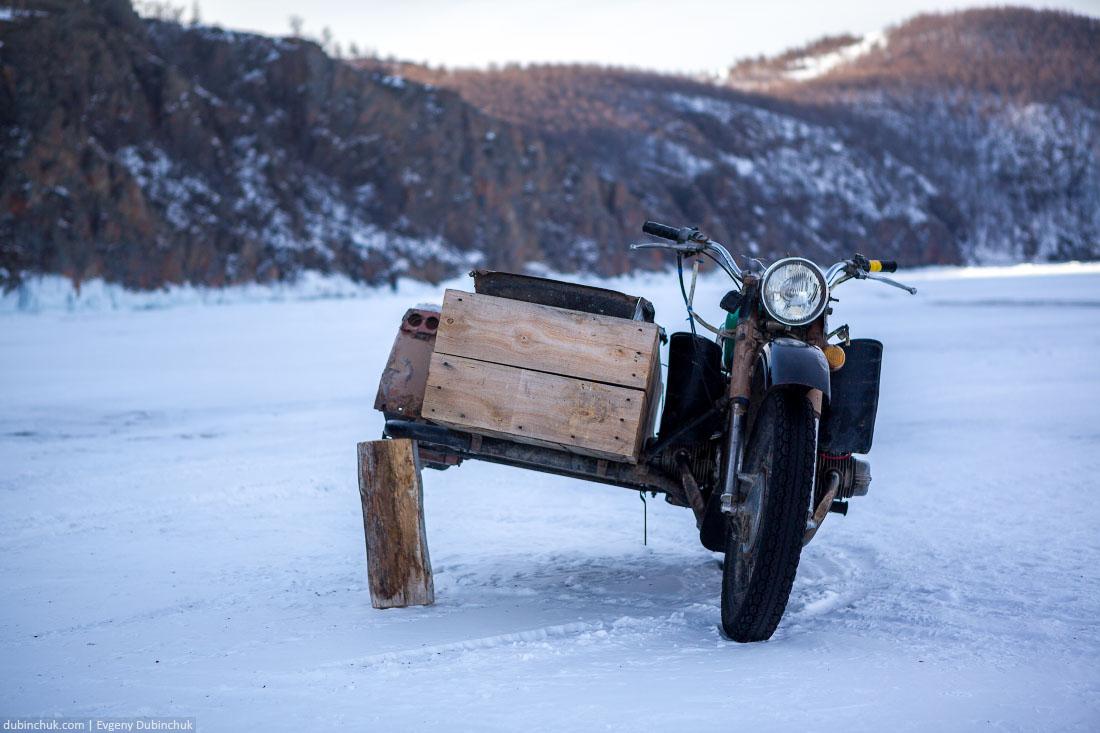 Мотоцикл без колеса на льду Байкала рядом с Хобоем
