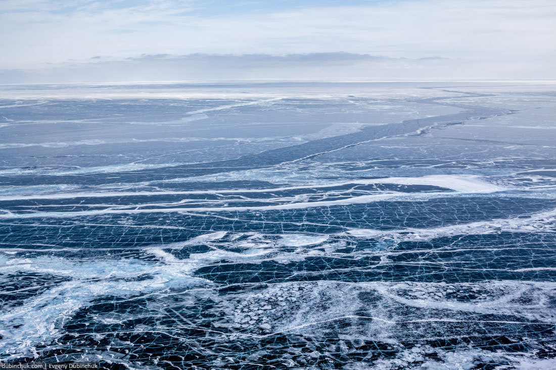 Байкал зимой. Бесконечное ледовое поле. Вид с высоты птичьего полета