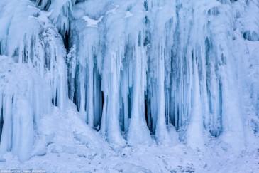 Ледяные сталагнаты - сросшиеся сталактиты со сталагмитами. Сокуи на Байкале. Ice on rocks of Olkhon, Baikal