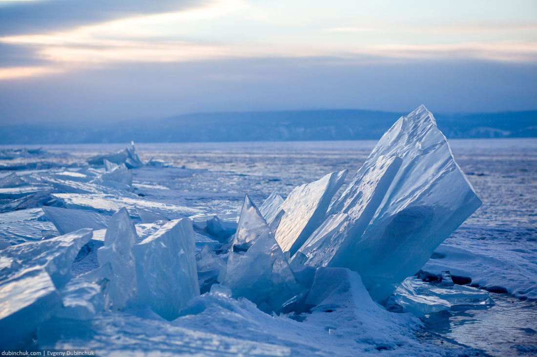 Торосы на Байкале на закате. Ice hummocks on lake Baikal at sunrise