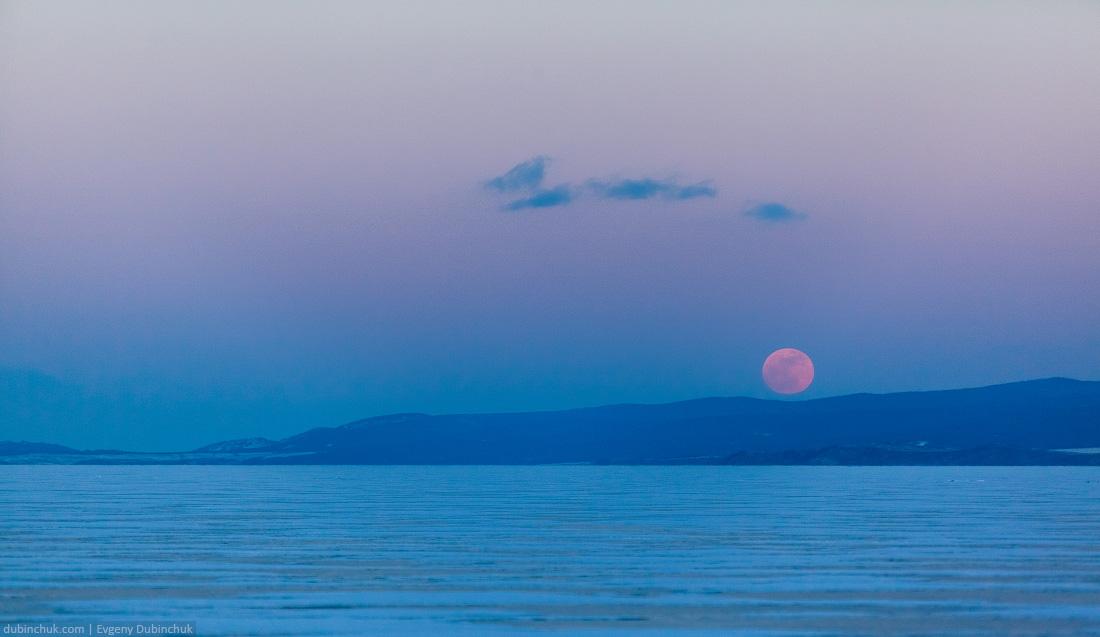 Восход багровой луны над зимним Байкалом. Red moon above lake Baikal