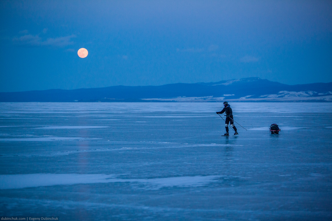 На коньках по Байкалу под луной. Ice skating under the moon on lake Baikal