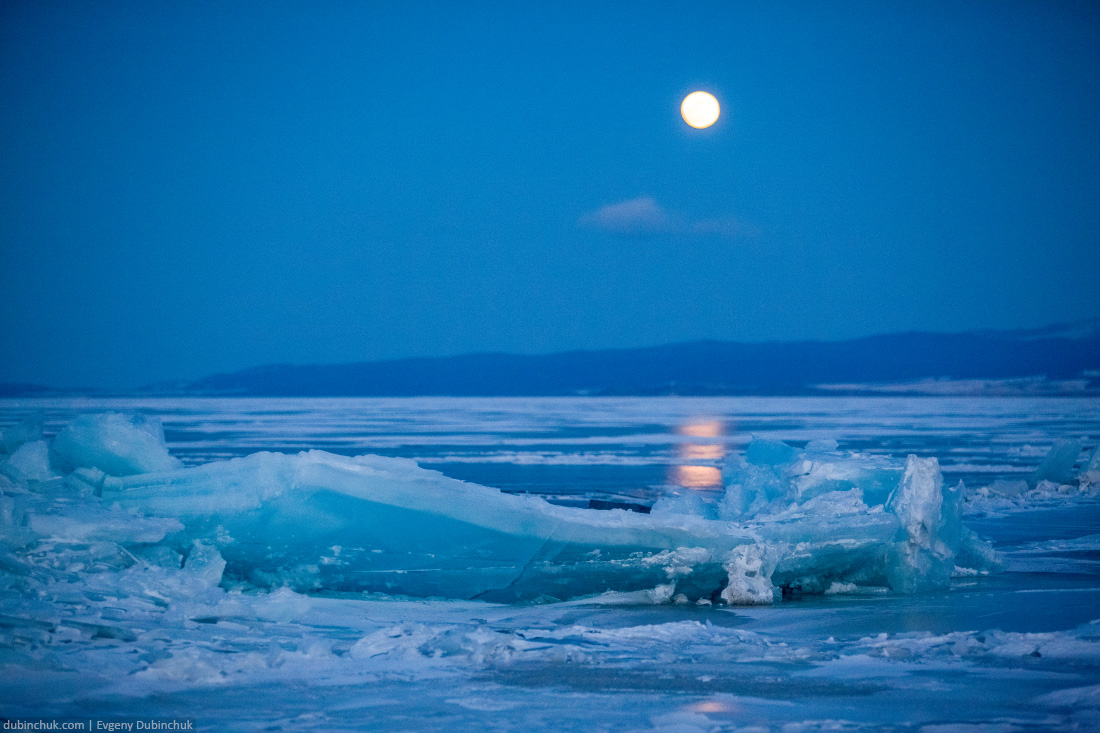 Луна и торосы на зимнем Байкале. Moon and hummocks on lake Baikal in winter