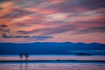 Остров Ижилхей и деревья на рассвете зимой. Озеро Байкал. Sunrise on lake Baikal in winter