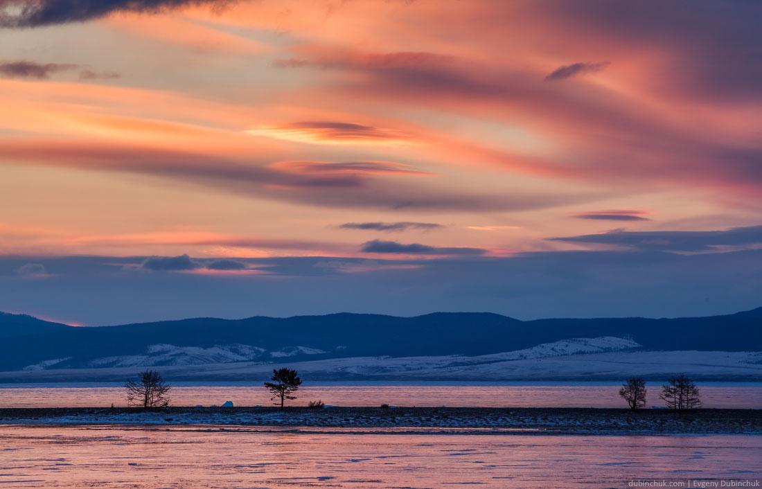 Краски рассвета на озере Байкал зимой. Sunrise colors on lake Baikal in winter