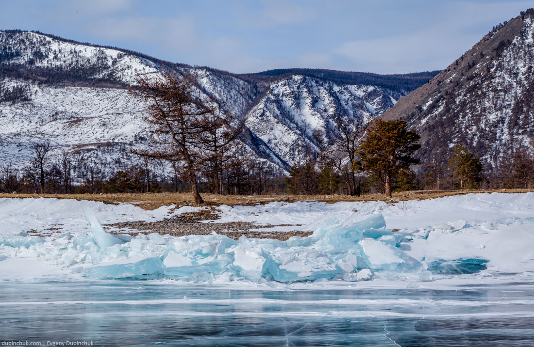 Синие ледяные торосы у берега Байкала. Ice hummocks on lake Baikal in winter