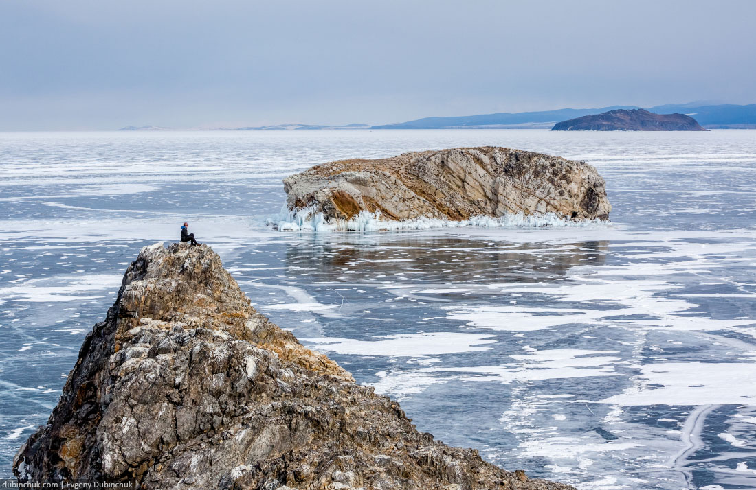 Турист на острове Ольтрек зимой. Байкал, Малое Море. Tourist on Oltrek island on lake Baikal in winter