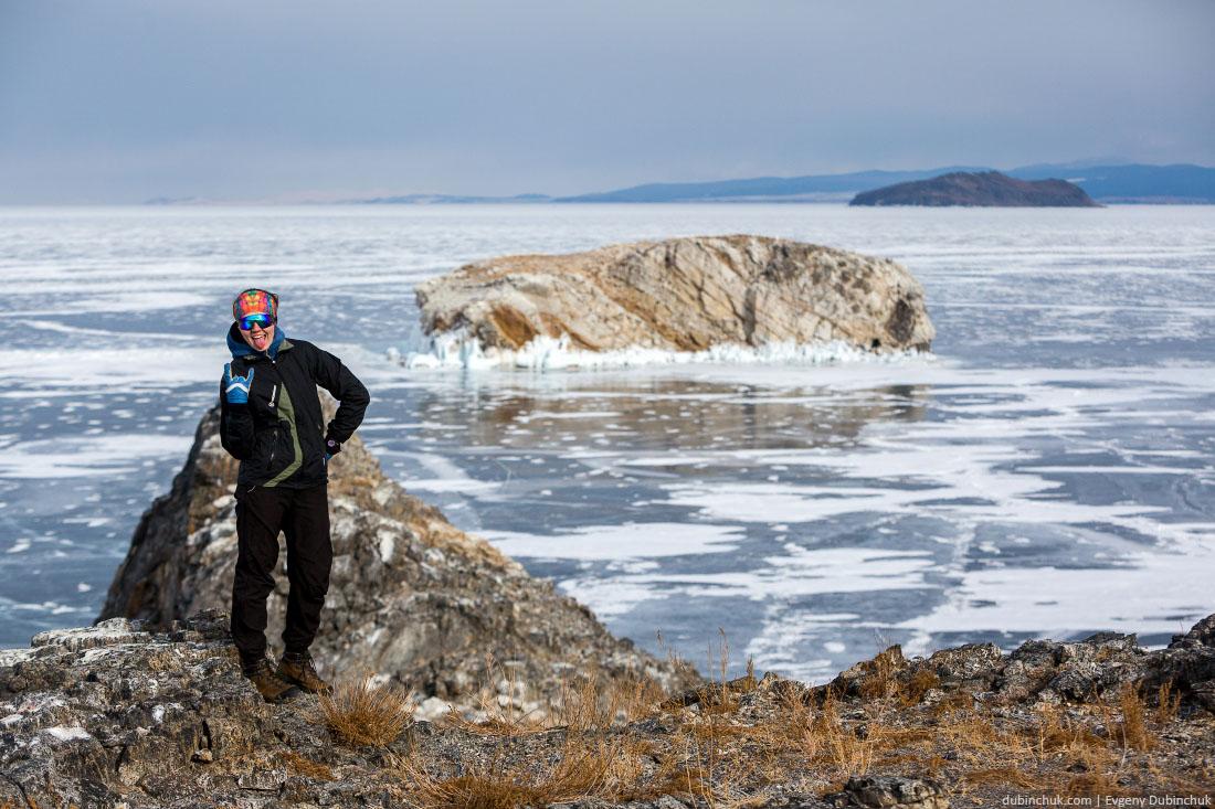 Девушка туристка на острове Ольтрек зимой. Байкал, Малое Море. Woman on Oltrek island in winter. Baikal