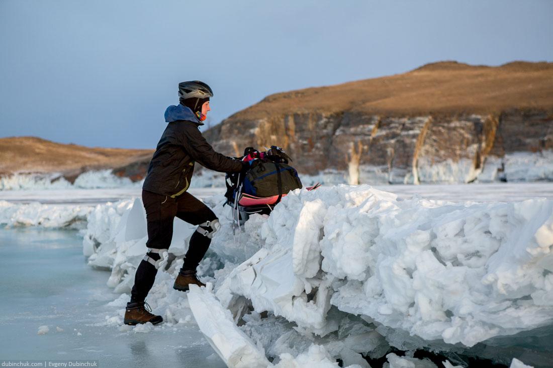 Преодоление становой трещине на Байкале во время похода на коньках. Ice skating tour on lake Baikal