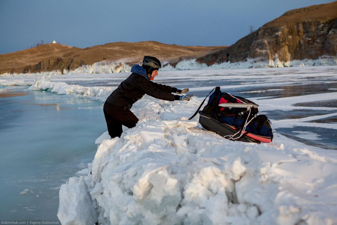 Через становую трещину в районе острова Огой. Байкал зимой. Ice crack on lake Baikal. Ice skating touring