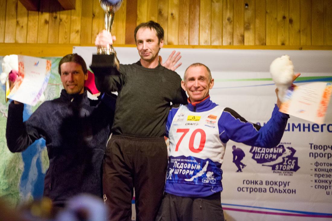 Победители гонки на коньках среди мужчин на дистанции 80 км на ледовом фестивале