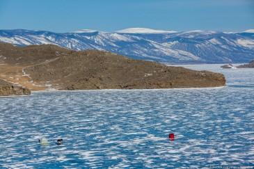 Рыбаки на льду озера Байкал зимой. Fishers on ice on lake Baikal in winter