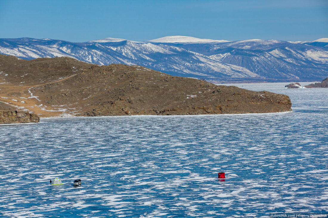Рыбаки на льду озера Байкал зимой.. Fishers on ice on lake Baikal in winter