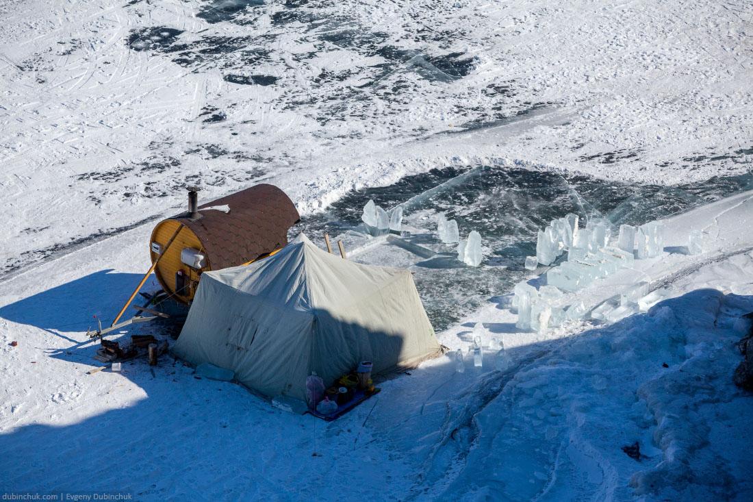 Баня на льду озера Байкал зимой