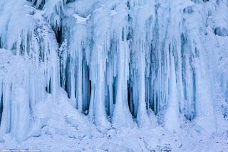 Гроты и сокую - ледяные наплески на Байкале зимой